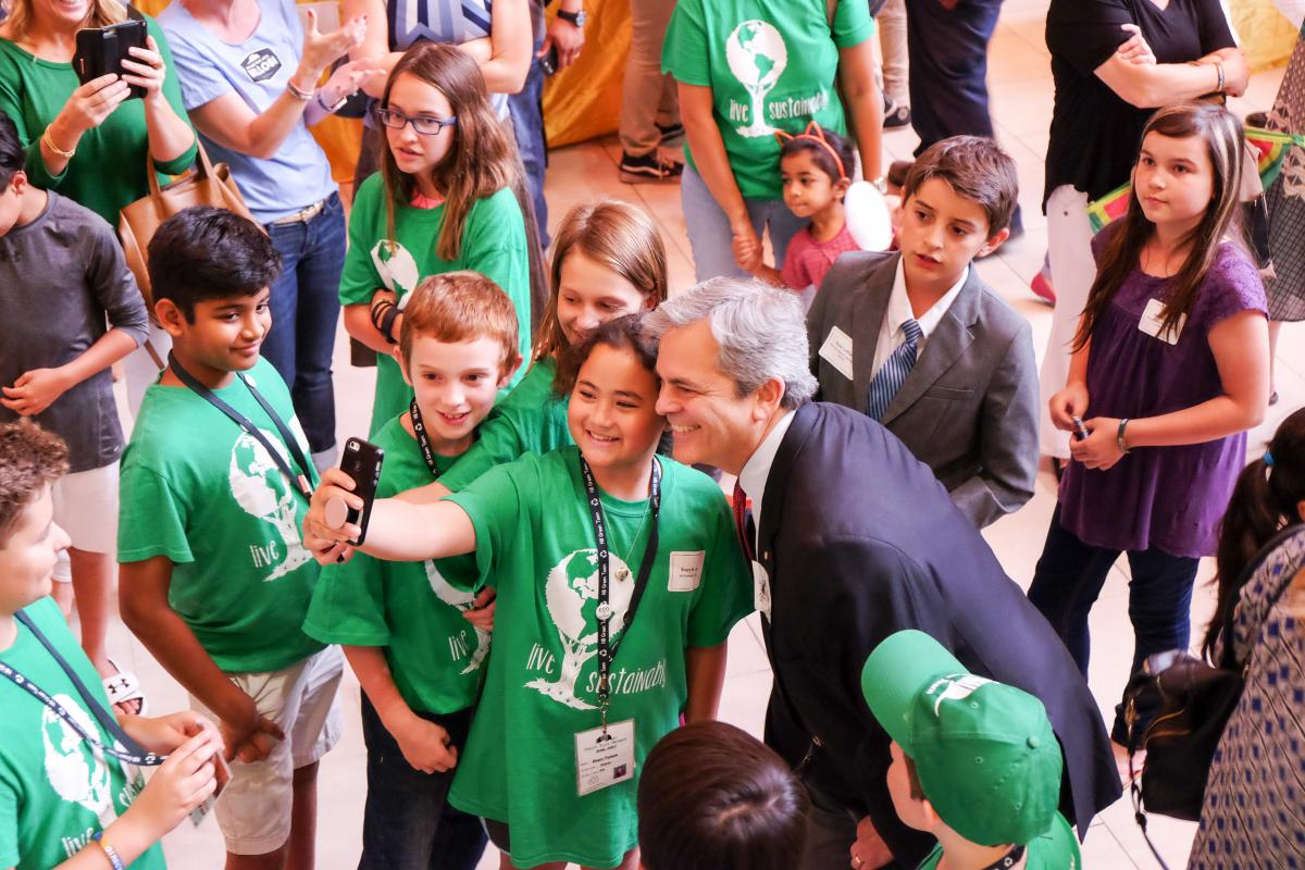 Mayor Steve Adler poses for selfies with Student Innovation Showcase students