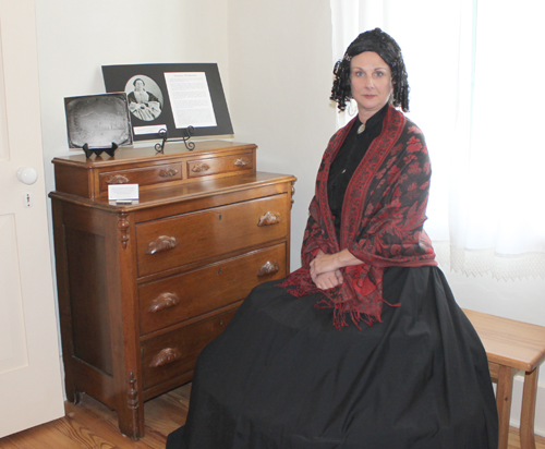 Joyce Aldridge dressed as Susanna Dickinson