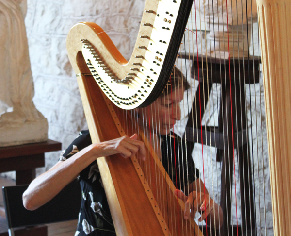 harpist at Elisabet Ney performance